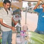 மூலிகை ஜூஸ்கள் விற்பனை: அதிகாலையில் ஆர்வமுடன் அருந்தும் மக்கள்